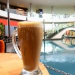 シンガポール風水ツアー? ザ・コーヒービーン&ティーリーフのカフェラテは巨大