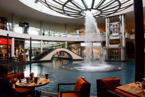シンガポール風水ツアー?ザ・ショップスatマリーナベイサンズの逆噴水を囲むようにあるカフェ「ザ・コーヒービーン&ティーリーフ」