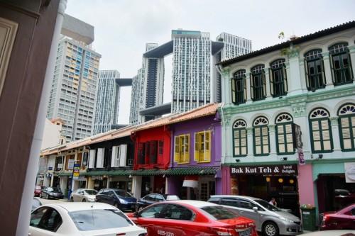 シンガポール風水ツアー? 昔ながらの町並みの後ろに見えるのは高級公団「Pinnacle@Duxton」