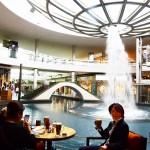 シンガポール風水ツアー? ザ・ショップスatマリーナベイサンズの逆噴水の周囲を囲むカフェ「ザ・コーヒービーン&ティーリーフ」