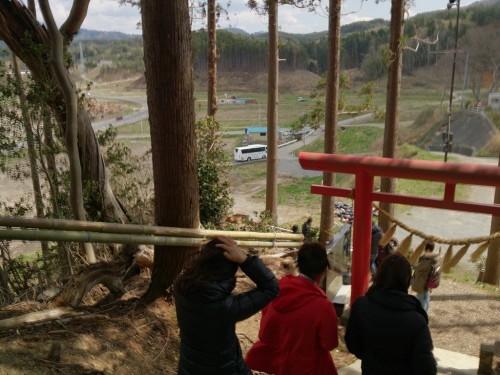 30-宙SORA-南三陸町-五十鈴神社-鳥居のすぐ下まで津波は来た。遠くに我々のバスが見える